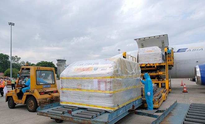 Gần 100.000 liều vaccine COVID-19 của Pfizer đầu tiên đã về đến Hà Nội