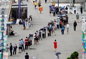 Ca mắc COVID-19 liên tục lập kỷ lục, Hàn Quốc siết các hạn chế với Seoul