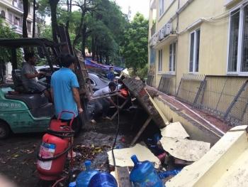 Ai phải bồi thường sau vụ hàng chục ô tô bị hư hỏng do tường đổ tại Hà Nội?
