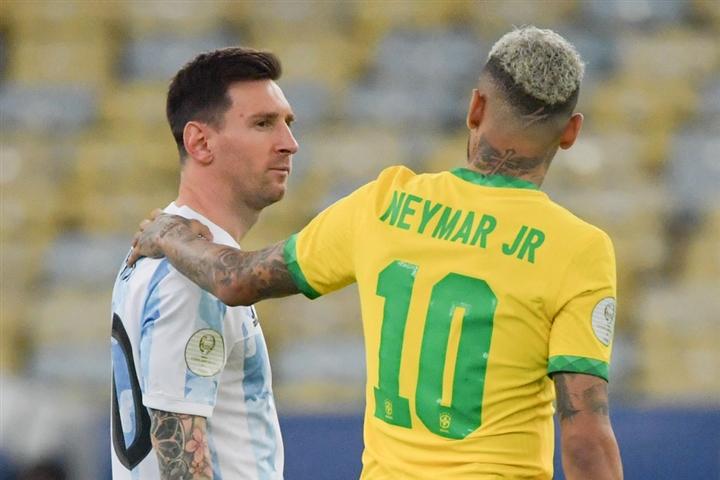 Neymar khóc nức nở, ôm chặt Messi sau chung kết Copa America  - 7