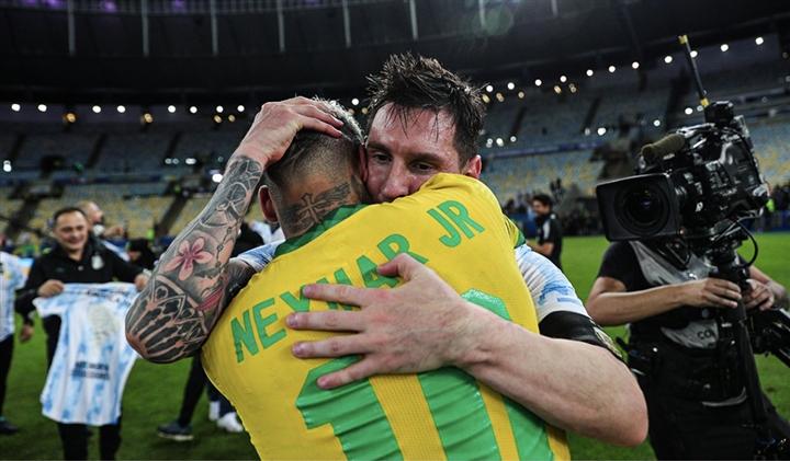 Neymar khóc nức nở, ôm chặt Messi sau chung kết Copa America