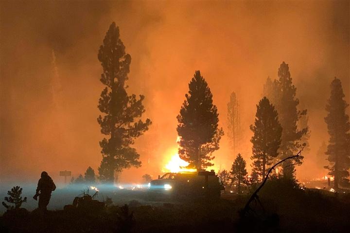 Ảnh: Hiện tượng thời tiết quái dị do cháy rừng ở Mỹ - 6