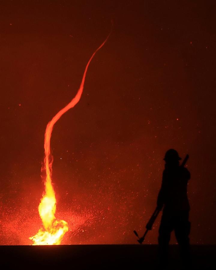 Ảnh: Hiện tượng thời tiết quái dị do cháy rừng ở Mỹ - 4