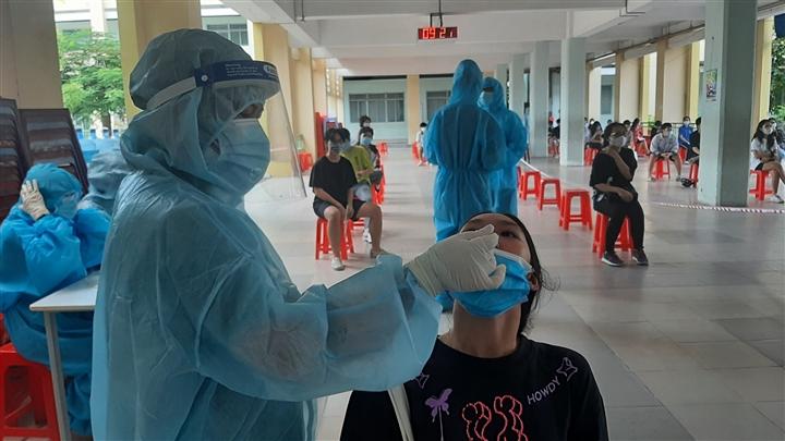Gần 2.300 bệnh nhân COVID-19 ở TP.HCM xuất viện trong một ngày   - 1