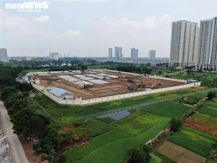 Hơn 400 công nhân làm việc 24/24 gấp rút xây dựng bệnh viện dã chiến ở Hà Nội - 2