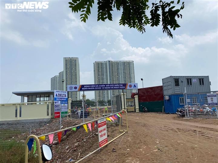 Hơn 400 công nhân làm việc 24/24 gấp rút xây dựng bệnh viện dã chiến ở Hà Nội - 1