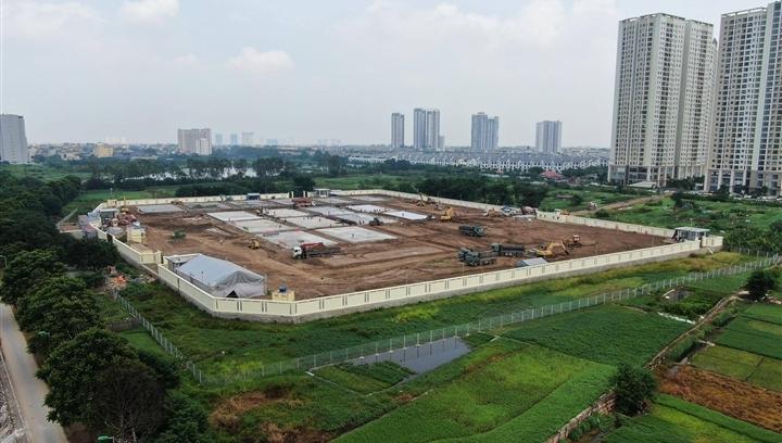 Hơn 400 công nhân làm việc 24/24 gấp rút xây dựng bệnh viện dã chiến ở Hà Nội