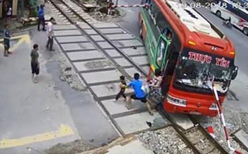 Tài xế xe khách tông gãy gác chắn đường sắt bị phạt 12 triệu đồng