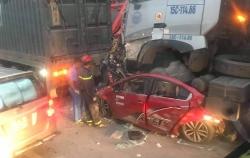 """Hai xe đầu kéo """"ốp nát bét"""" xe ô tô con khiến 3 người chết tại chỗ"""