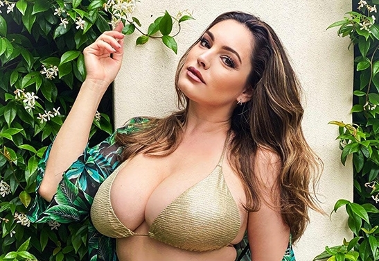 sieu vong 1 kelly brook mac bikini khoe co the day da