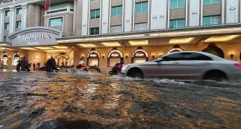 Ảnh: Phố Hà Nội thành sông, ô tô, xe máy bì bõm bơi lội sau trận mưa lớn kéo dài