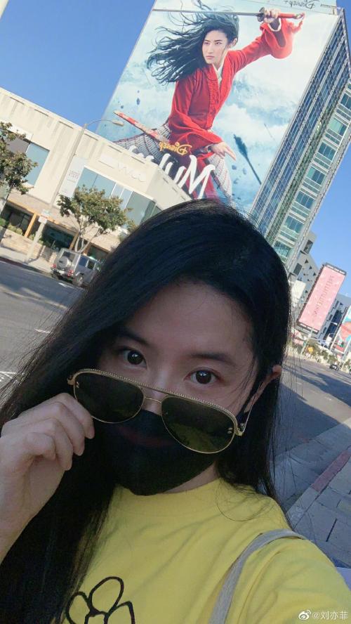 Ngôi sao Trung Quốc bên tấm banner quảng bá phim cô đóng.