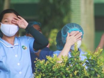 Y bác sĩ bật khóc trong ngày Bệnh viện Đà Nẵng dỡ cách ly