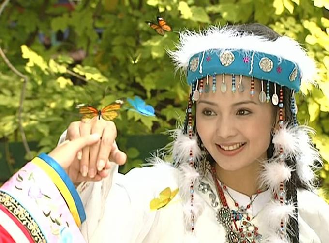 Một cảnh phim bướm vây quanh Hàm Hương khi nàng múa trong Hoàn Châu cách cách.