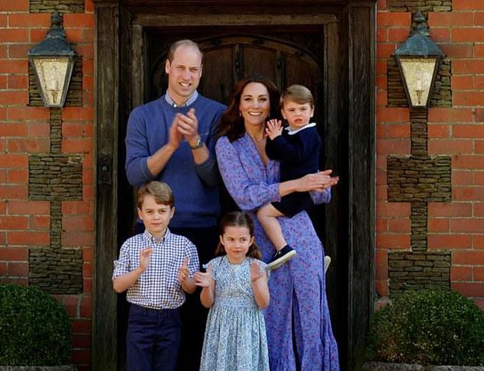Hoàng tử William, Kate Middleton, Hoàng tử George, Công chúa Charlotte, Hoàng tử Louis vỗ tay ủng hộ Dịch vụ Y tế Quốc gia NHS hồi tháng 5. Ảnh: PA.