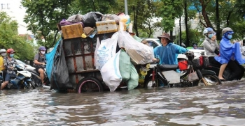 Mưa lớn kéo dài, nhiều tuyến đường ở TP HCM ngập nặng