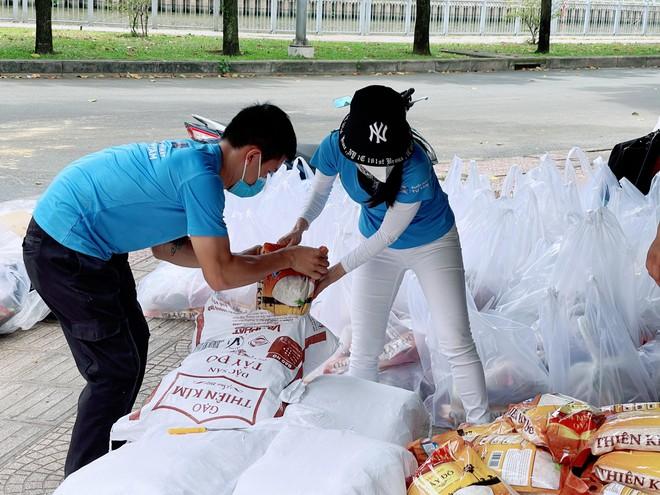 """Dàn người đẹp """"chi viện"""" lương thực cho người lao động nghèo tại TP.HCM ảnh 4"""