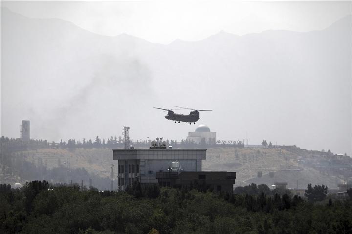 Trực thăng đỗ trên nóc Đại sứ quán Mỹ ở Afghanistan, Taliban sắp tiến vào Kabul - 1