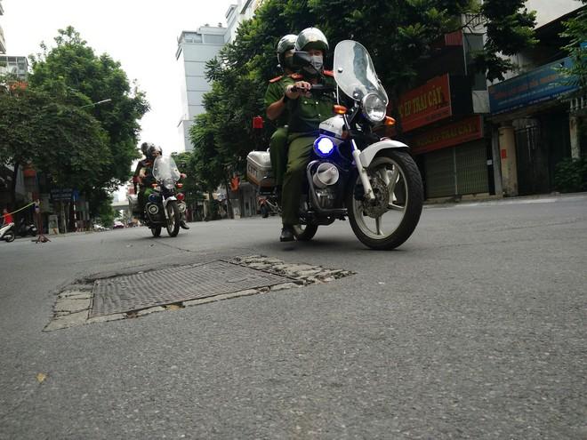 Siết chặt kiểm tra các ngõ, phố, chốt trên toàn thành phố - xử lý nghiêm các trường hợp 'ra khỏi nhà không cần thiết' ảnh 1