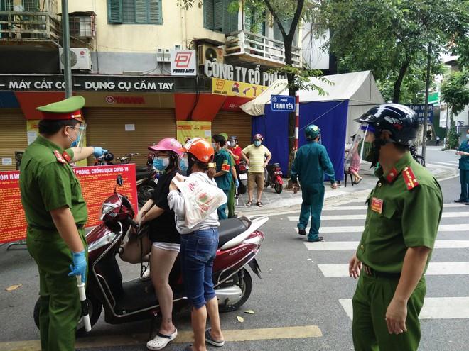 Siết chặt kiểm tra các ngõ, phố, chốt trên toàn thành phố - xử lý nghiêm các trường hợp 'ra khỏi nhà không cần thiết' ảnh 3