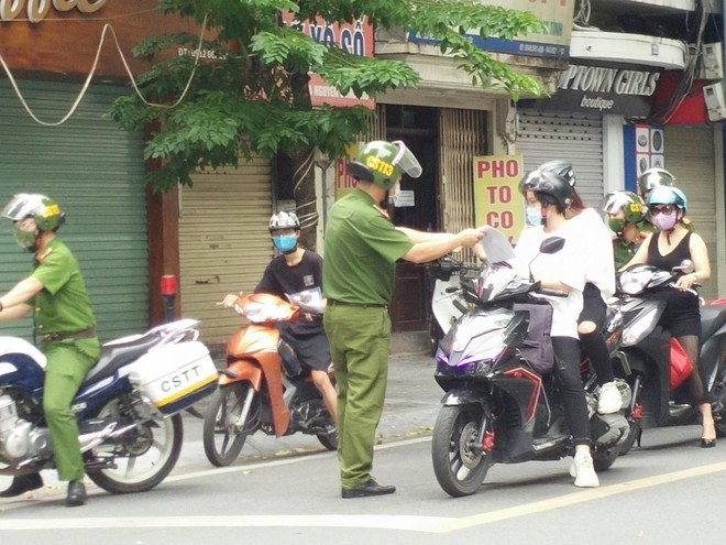 Siết chặt kiểm tra các ngõ, phố, chốt trên toàn thành phố - xử lý nghiêm các trường hợp 'ra khỏi nhà không cần thiết' ảnh 4