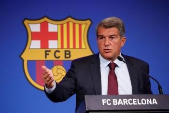 Barcelona nợ chồng nợ, 4 đội trưởng phải giảm lương