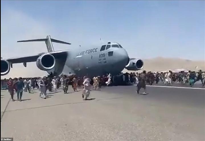Kinh ngạc máy bay mang số người gấp 4 lần năng lực chuyên chở rời Kabul - 2