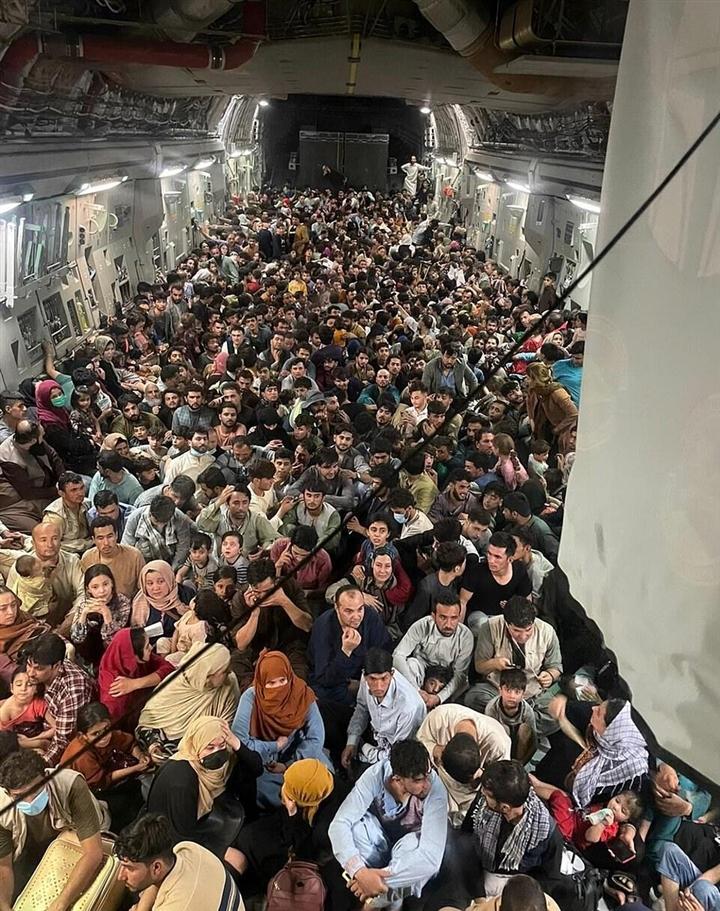 Kinh ngạc máy bay mang số người gấp 4 lần năng lực chuyên chở rời Kabul - 1