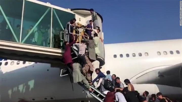 Quân đội Mỹ nổ súng tiêu diệt những kẻ quá khích tại sân bay Kabul - 1