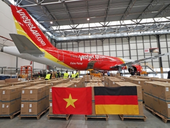 Hơn 10 tấn vật tư y tế phòng dịch đang được Vietjet chuyển từ CHLB Đức về Việt Nam