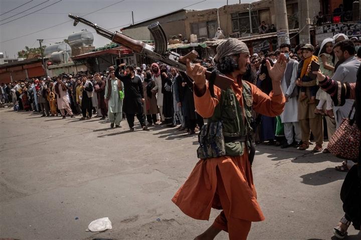 Taliban 'thiết lập trật tự' xung quanh sân bay Kabul - 1