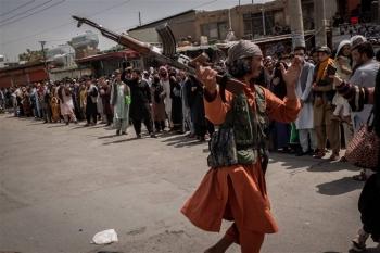 Taliban 'thiết lập trật tự' xung quanh sân bay Kabul