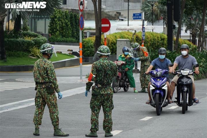 TP.HCM siết giãn cách: Quân đội, công an trực chốt, không còn sự chống đối nào - 1
