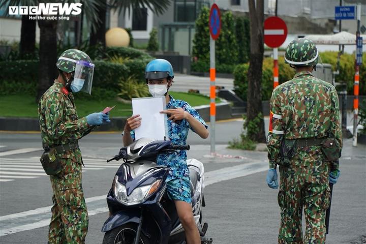 TP.HCM siết giãn cách: Quân đội, công an trực chốt, không còn sự chống đối nào - 5