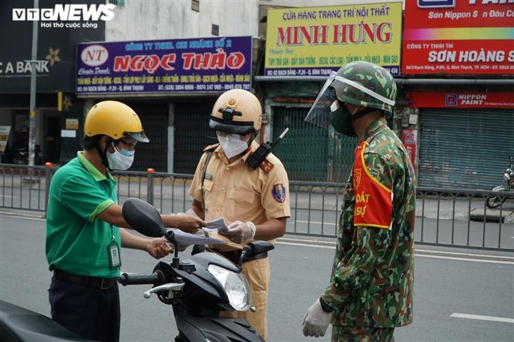 TP.HCM siết giãn cách: Quân đội, công an trực chốt, không còn sự chống đối nào - 7