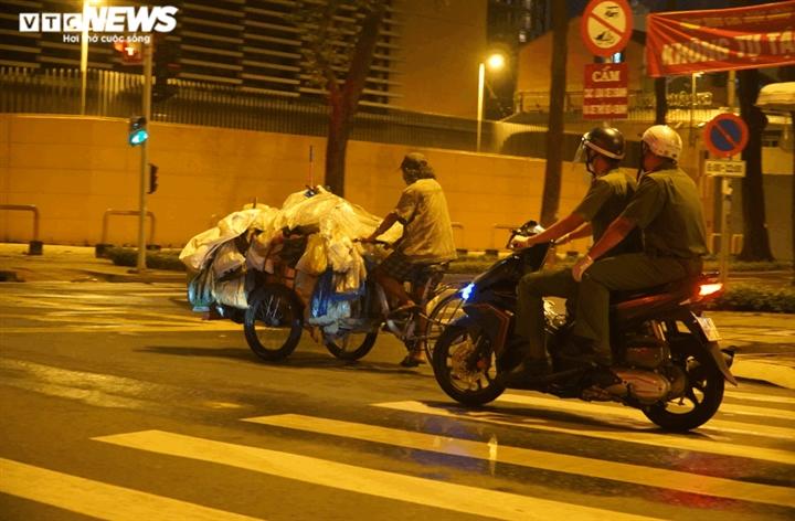 Công an TP.HCM trắng đêm đưa người vô gia cư về các trung tâm an sinh - 10
