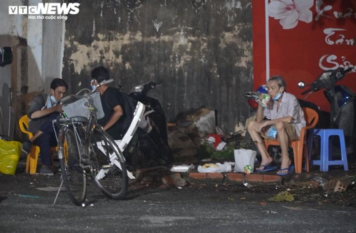Công an TP.HCM trắng đêm đưa người vô gia cư về các trung tâm an sinh - 15