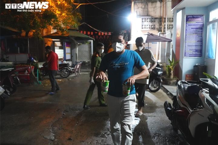 Công an TP.HCM trắng đêm đưa người vô gia cư về các trung tâm an sinh - 13
