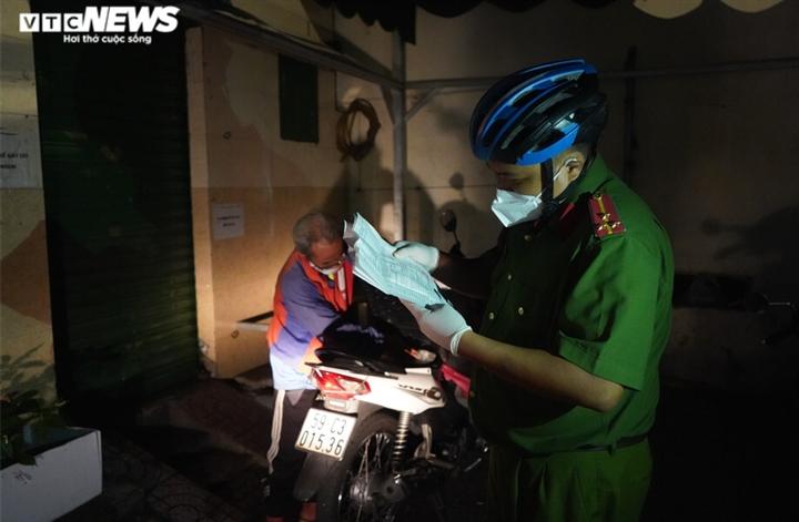 Công an TP.HCM trắng đêm đưa người vô gia cư về các trung tâm an sinh - 3