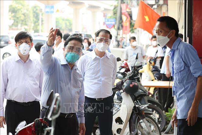 Thủ tướng kiểm tra đột xuất các điểm nóng dịch COVID-19 tại Hà Nội - 2