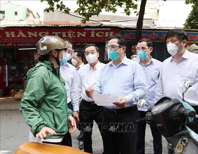 Thủ tướng kiểm tra đột xuất các điểm nóng dịch COVID-19 tại Hà Nội - 3