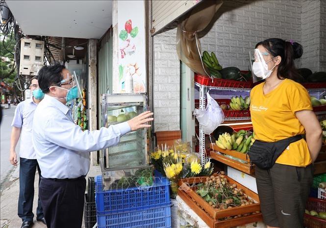 Thủ tướng kiểm tra đột xuất các điểm nóng dịch COVID-19 tại Hà Nội - 6
