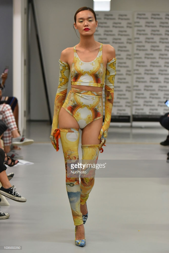 hai nguoi mau viet trinh dien o london fashion week