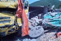 2 xe tải biến dạng sau cú tông trực diện tại Quảng Ninh, 2 tài xế nguy kịch