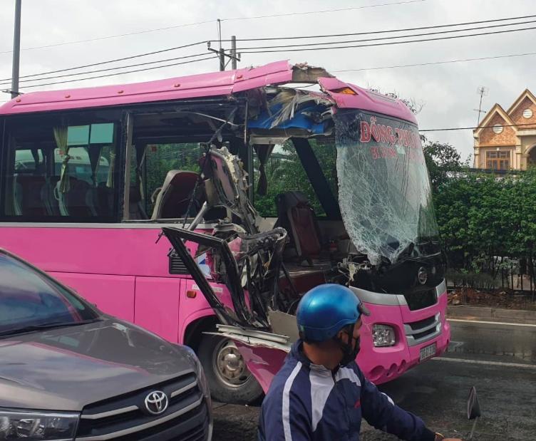 xe khach tong container o tphcm 4 nguoi thuong nang