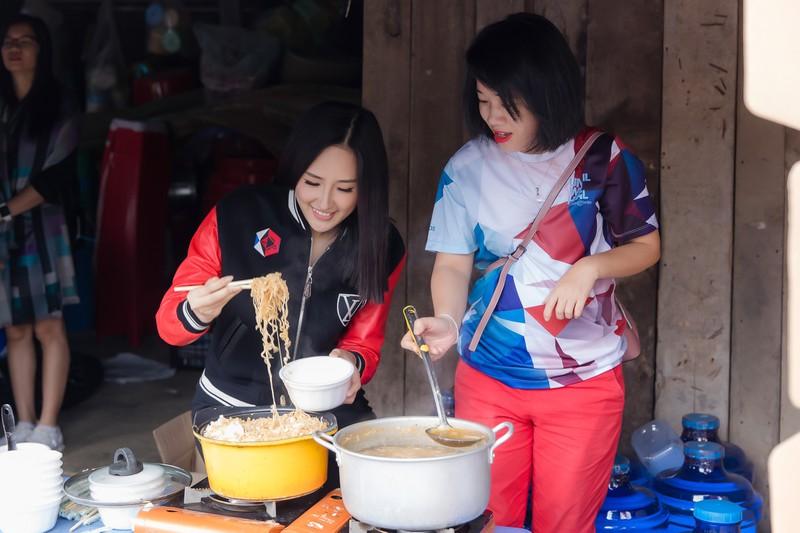 dien do kin dao hoa hau mai phuong thuy van cuon hut khi di chay bo
