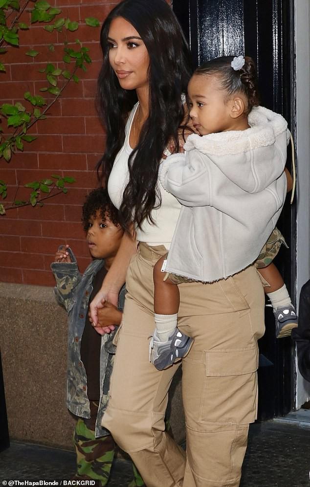 kim kardashian noi toc dai pho dang day da di an trua cung chong con