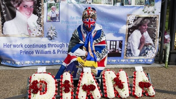 Fan đặt hoa ngoài Điện Kensington tưởng nhớ Diana