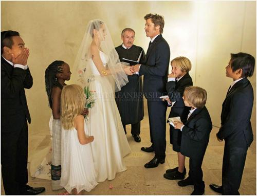 Brad và Angelina từng kết hôn ở điền trang Chateau Miraval với hơn 10 người tham dự, trong đó có 6 người con của cặp đôi.