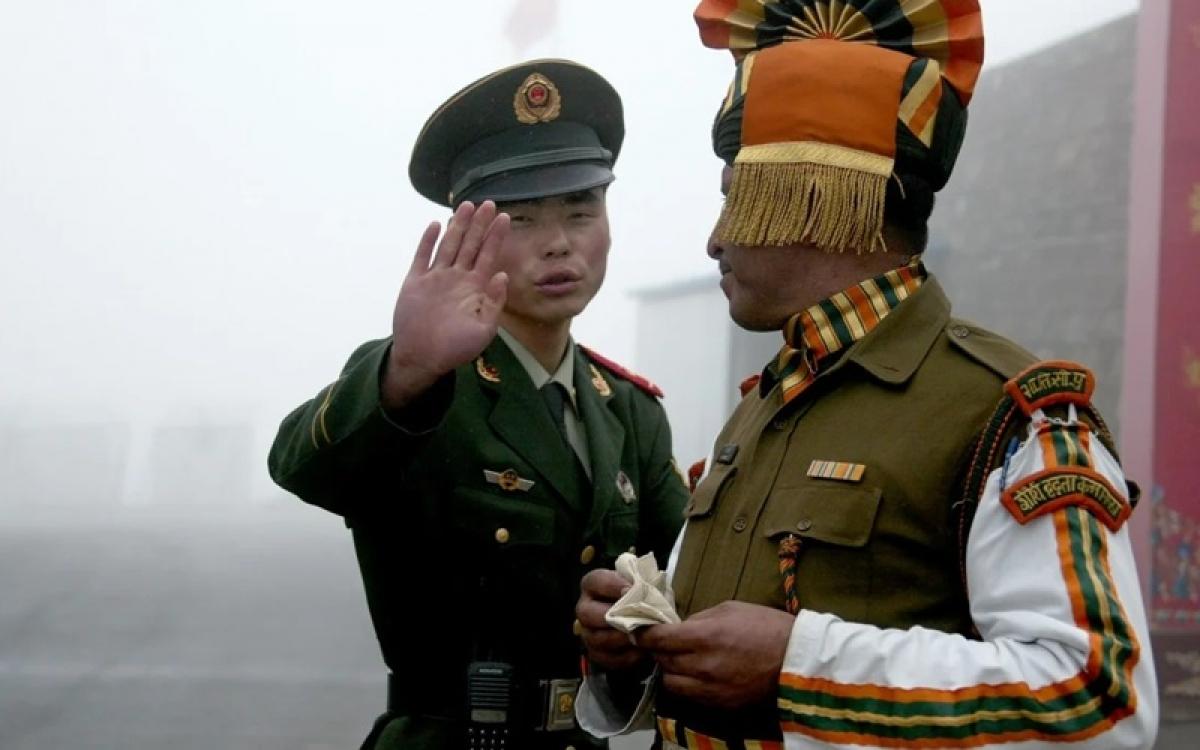 Binh sĩ Trung Quốc và Ấn Độ ở biên giới. Ảnh: AFP.